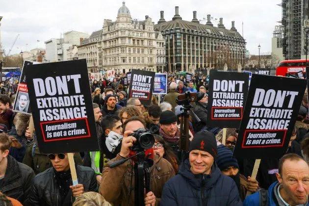 Estamos haciendo una pregunta en el caso de Assange: ¿deberían los periodistas ser castigados por exponer los crímenes de guerra?