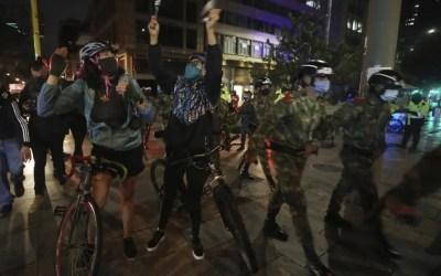 Los colombianos celebran con caceroladas la orden de detención domiciliaria para Uribe