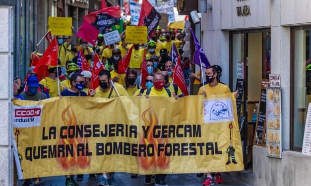 La plantilla de Geacam hace ver su malestar en la primera de las manifestaciones ante el Palacio de Fuensalida