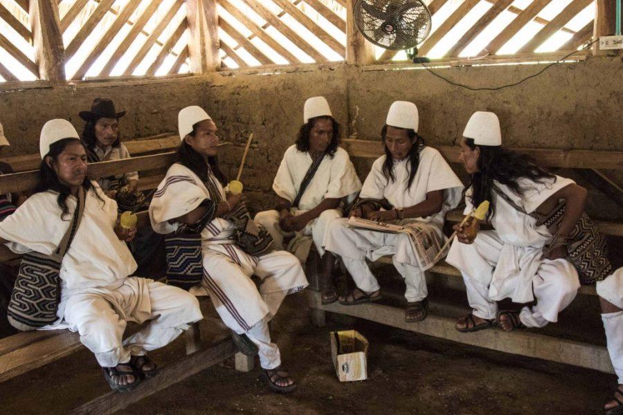 Un grupo de jóvenes poporean mientras conversan en el centro de reuniones de Umuriwa. Foto: Aitor Sáez