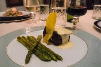 Chef Cezar Nunes oferece jantares refinados para clientes em sua casa