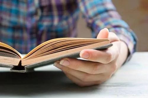 Dia do livro: por que a leitura é importante para manter o equilíbrio mental?