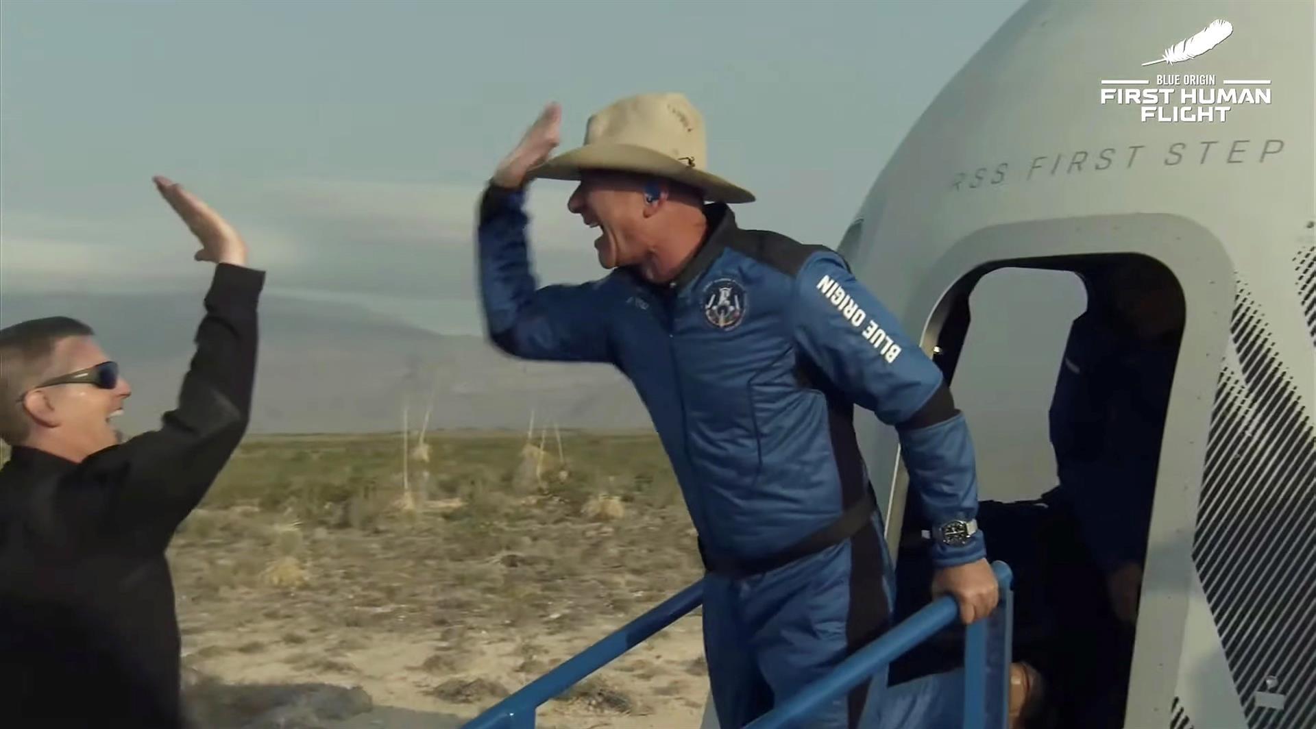 Jeff Bezos al abandonar una cápsula de Blue Origin New Shepard, luego del viaje al espacio. FOTO: Blue Origin