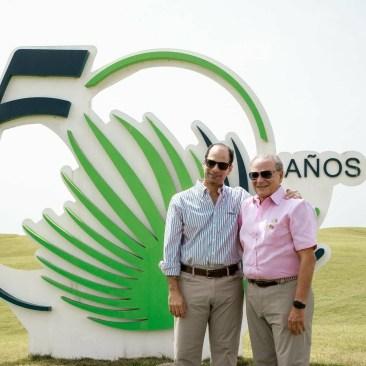 Frank Elías Rainieri junto a su padre, Frank Rainieri, celebrando los 50 años del Grupo Puntacana, en 2019. FOTO: Hosteltur.
