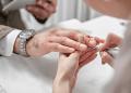 Manicurista limando las uñas de un hombre de negocios