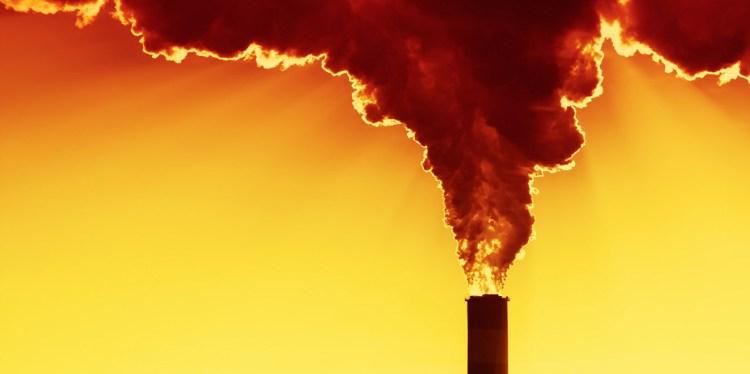 Gran nube de humo se forma tras salir de una planta de gas