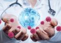 Concepto de protección durante la pandemia. El doctor con el planeta en sus manos y protejan contra virus.