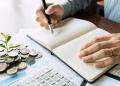 Contador de empresario analizando informes financieros