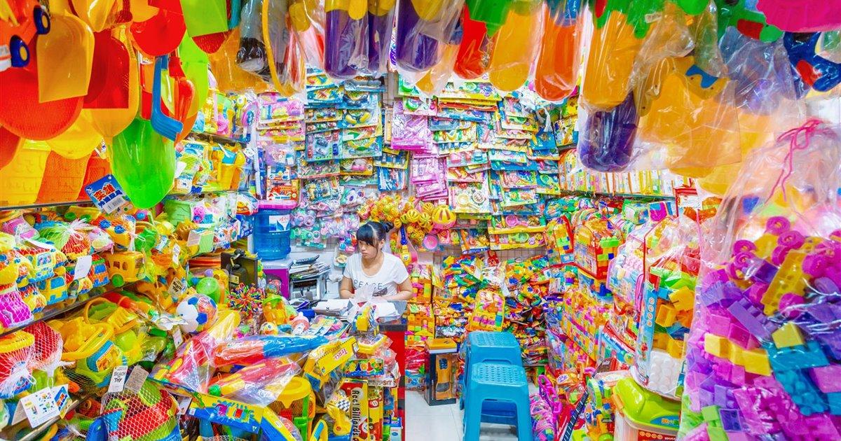 Tienda de juguetes de plástico en Yiwa, China, la capital internacional del plástico