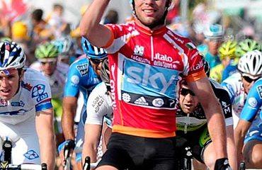 El corredor británico consiguiendo su tercer triunfo del Giro 2012