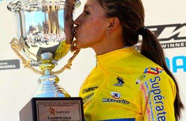 Liliana Moreno con su trofeo de campeona