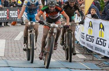 Los colombianos Diego Arias y Leonardo Páez en pleno sprint