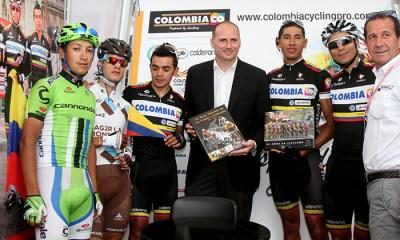 El Director del Giro de Italia recibió los libros de manos de varios de los corredores colombianos presentes en el Giro de Italia