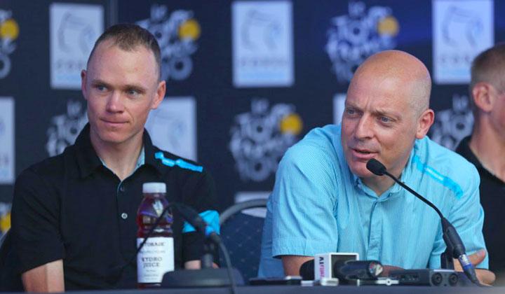 Chris Froome y Dave Brailsford (director deportivo del Team Sky), en plena rueda de prensa con los medios. Crédito Foto: Getty Images