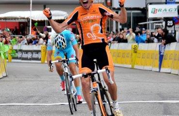 Samu Sánchez consiguió una merecida victoria que buscaba desde el Giro