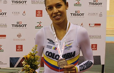 Milena Salcedo y su medalla de plata conseguida en México