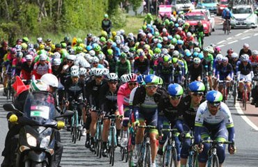 La caravana ciclística del Giro, lista para asaltar la montaña