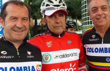 Claudio Corti (izq.), y Andrés Botero director de Coldeportes (der.) acompañaron a Cochise Rodríguez en su homenaje