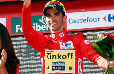 Contador ganó en la última cita con la montaña y aseguró la camiseta roja que lucirá este domingo en Santiago de Compostela