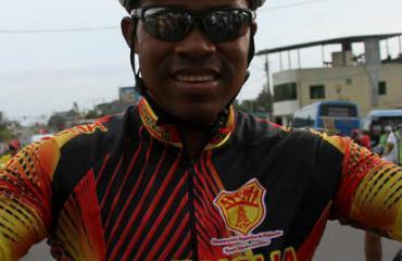 José Bone celebra la victoria en el circuito en La Concordia.