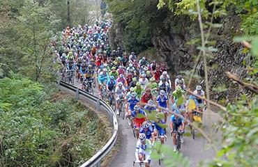 Quince colombianos toman la salida en la tradicional carrera italiana.