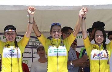 Las vencedoras de la Vuelta Femenina a Oriente: Alzate (Der), Montoya (Centro) y Betancur (Izq)