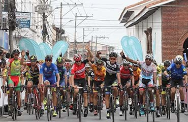 El pelotón de la Vuelta de la Juventud entró e Jamundí apuntando al cielo en homenaje a la memoria de Diego Suta
