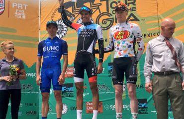 Daniel Jaramillo (azul) estuvo en la disputa de la segunda etapa