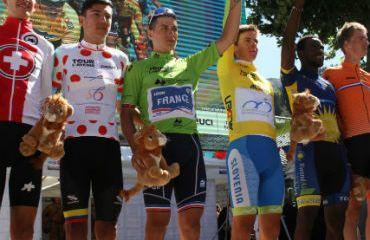Alejandro Osorio en el podio de los consagrados del Tour de L'Avenir (Foto FCC)