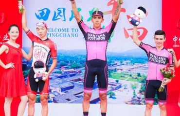 Sebastián Molano mantiene su racha de victorias en la China. El podio junto con Sergio Higuita