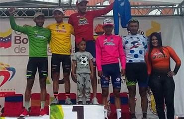 El podio de la tercera etapa de la Vuelta al Táchira encabezado por el líder Jonathan Salinas