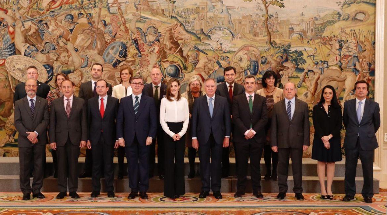 la reina letizia con una delegación de aula, con motivo de su xxv aniversario