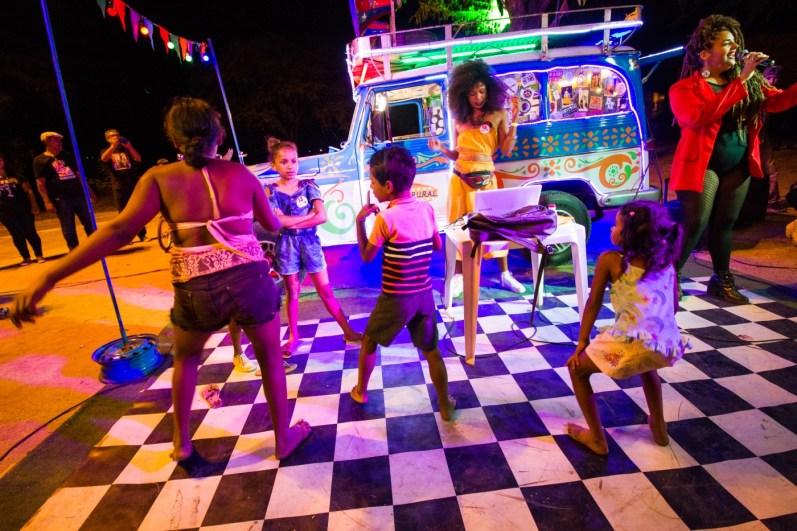 Crianças dançam na discotecagem do Som na Rural.