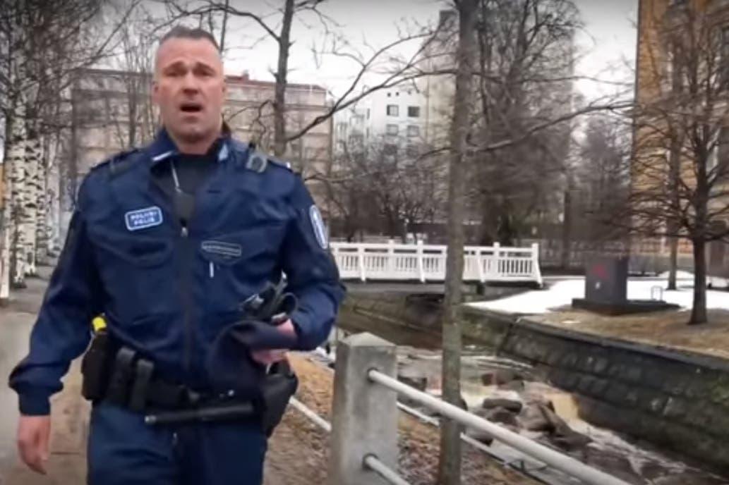 Policial finlandês ganha o mundo ao cantar ópera pelas ruas vazias de seu país (vídeo)