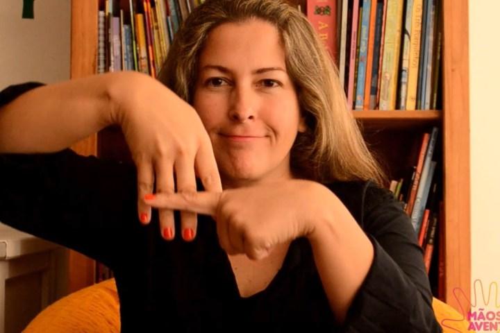 Professora conta histórias infantis em Libras no YouTube - Revista Prosa Verso e Arte