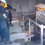 Mineros analizando als condiciones del área que está contamianda.