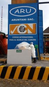 Aruntani recertifica uso de cianuro - Disposición de bolsa vacía en poza de tri lavado