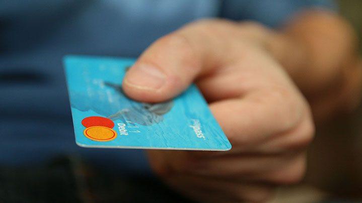 Voi știați că aplicațiile de ride-sharing îți sechestrează cardul de credit?