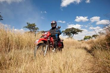 Les médicaments sont livrés à moto dans les pays d'Afrique où la circulation est difficile avec des moyens traditionnels
