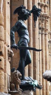Persée combattit les Gorgones et Méduse dont il coupa la tête.
