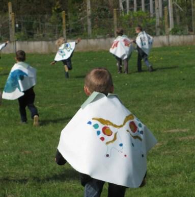 On invite les enfants à s'envoler, ce qu'ils font dans tout l'espace alentour dans un déchaînement de vitalité plein de jubilation.