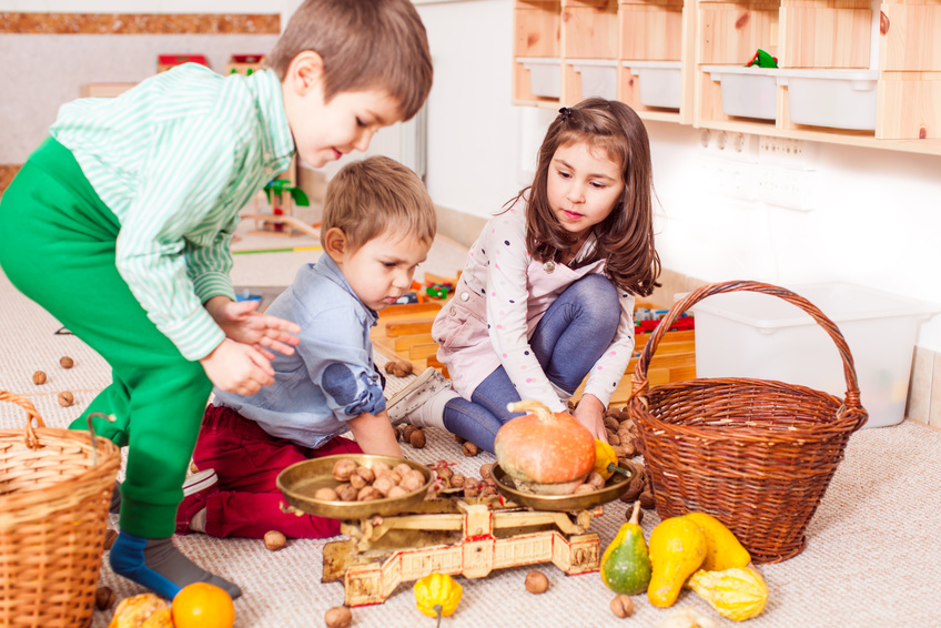 Les périodes sensibles de l'enfant sont celles du langage, du mouvement, du développement sensoriel, de la fascination pour les petits détails, de l'ordre et de la socialisation.