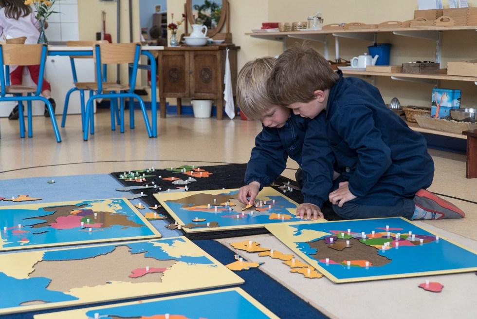 Les enfants sont très concentrés sur ce qu'ils font et déploient beaucoup d'attention à leur tâche.