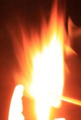 Les dieux venus d'une étoile ont donnée aux hommes une flamme, qui les éclaire dans leur tête et brûle dans leur coeur.