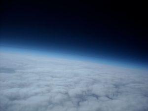 L'expiration, c'est le moment où le corps restitue l'air, chargé de ce qu'il y a ajouté et qui va enrichir l'atmosphère que nous partageons avec tout ce qu'abrite la Terre.