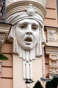Nous portons, comme Thalie, un masque grotesque, qui ne rit ni ne pleure.