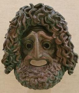 Le masque, un visage inquisiteur.