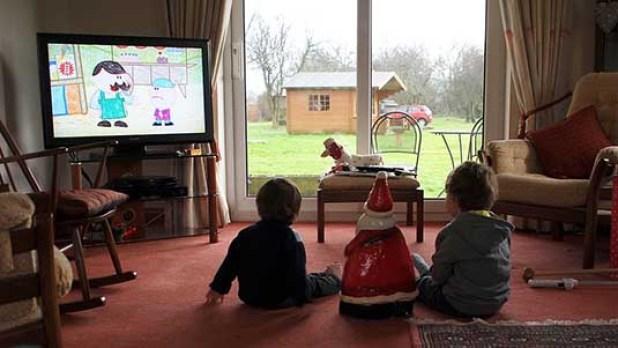 Dès tout petits, on installe les enfants devant la télé où ils regardent, fascinés, des émissions conçues pour eux.