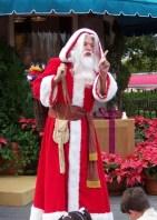 Le Père Noël a un visage rose, une barbe blanche, un habit rouge.