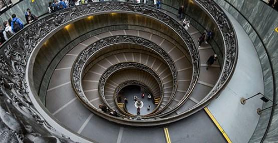 Le héros marche sur une voie ascendante en forme d'escalier.